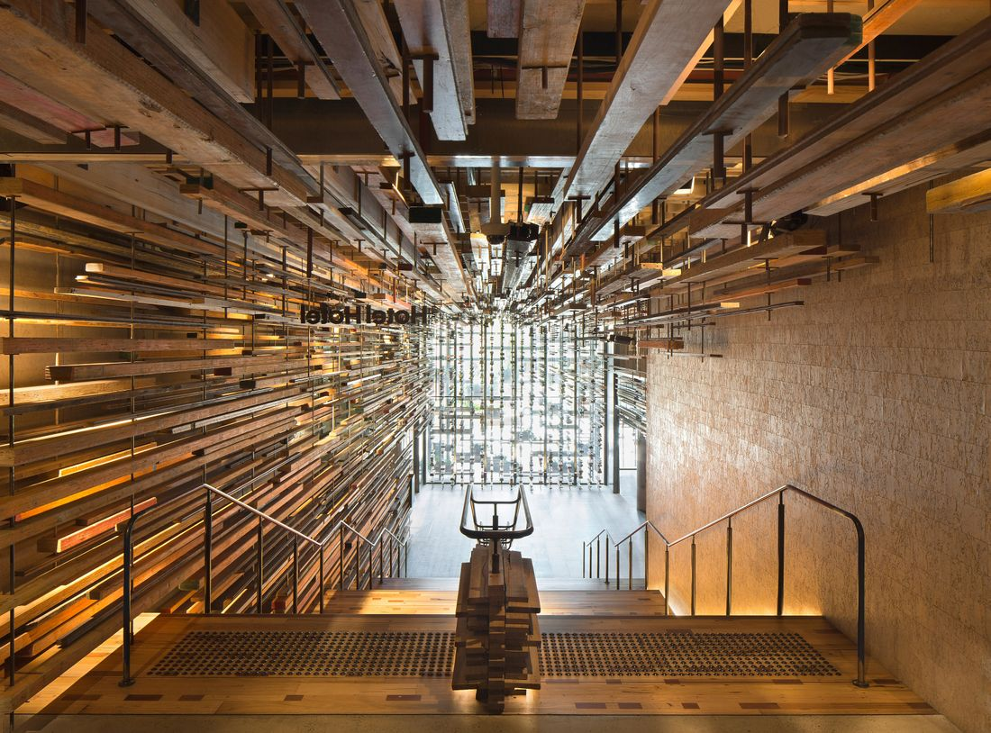Hotel Hotel Nishi's Grand Staircase, Tom Roe